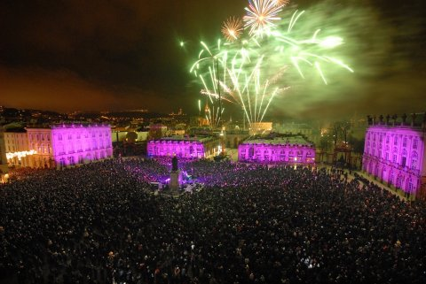 feu_d_artifice_de_la_st_nicolas_sur_la_place_stanislas_a_nancy.jpeg
